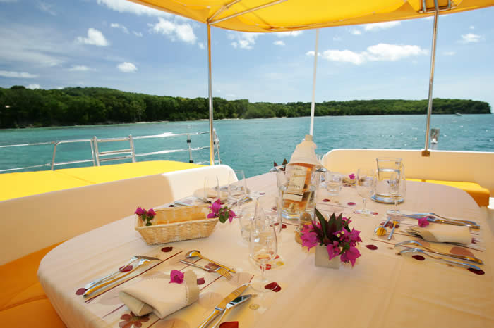 Location bateaux de luxe for Interieur bateau bois
